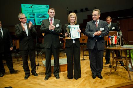 Joanna Musiał-Pietraszkiewicz z firmy NAVSIM z pierwszą nagrodą i prezydentami Euroregionu.