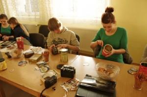 Uczestnicy warsztatów podczas produkcji aparatów otworkowych
