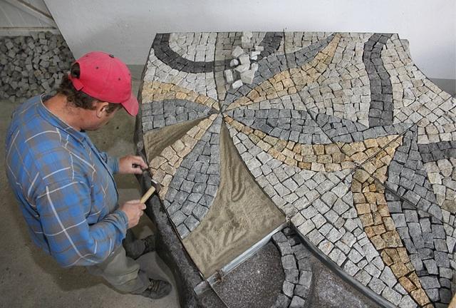 Zanim mozaika trafi do klienta, powstaje u producenta według zamówionego wzoru
