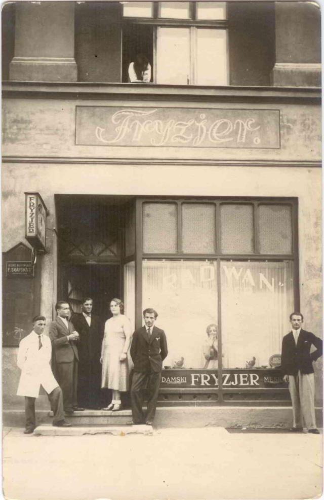 Zakład fryzjerski w Gdyni, Jan Moryson drugi od lewej