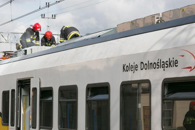Strażacy gaszą pociąg Kolei Dolnośląskich