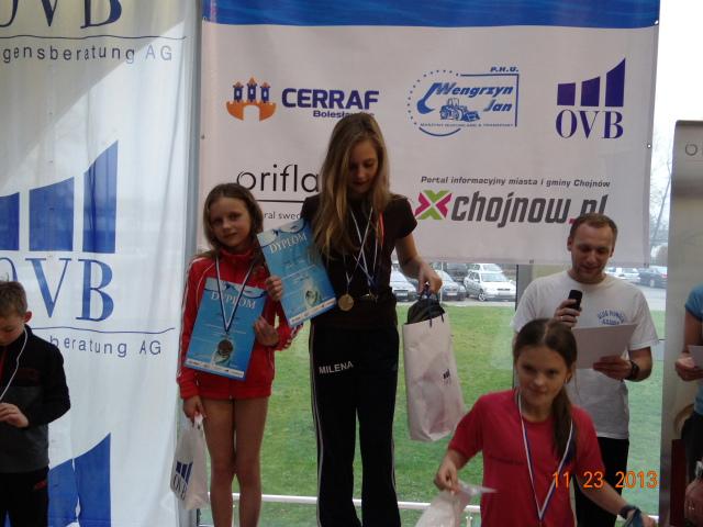 Zwyciężczynie 50 m stylem grzbietowym, od lewej II miejsce Jadzia Węglicka UKS Oxpress Bolesławiec, I miejsce Milena Możdżan UKS Delfinek Legnica, III miejsce Wiktoria Maciuszek UKS Delfinek Legnica