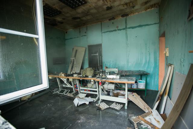 Wnętrze szwalni po wybuchu