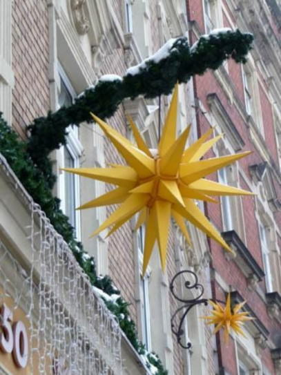 4987902-A_Herrnhut_star_on_a_house_in_Loebau_Herrnhut
