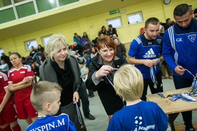Burmistrz Lwówka Mariola Szczęsną oraz dyrektor SP nr 2 Elżbieta Ugrynowicz (z lewej) wręczają medale.