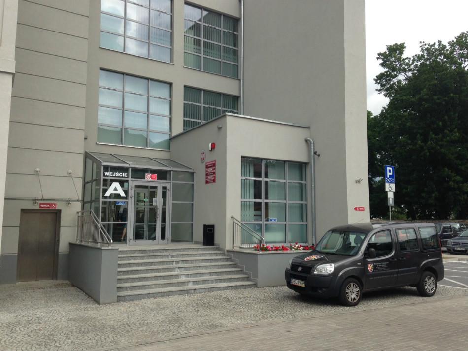 Gdzie tutaj zaparkowaći przypiąć rower? Można wnieść go na schody i przypiąćdo barierki utrudniając korzystanie z niej innym. Jedyna opcja.