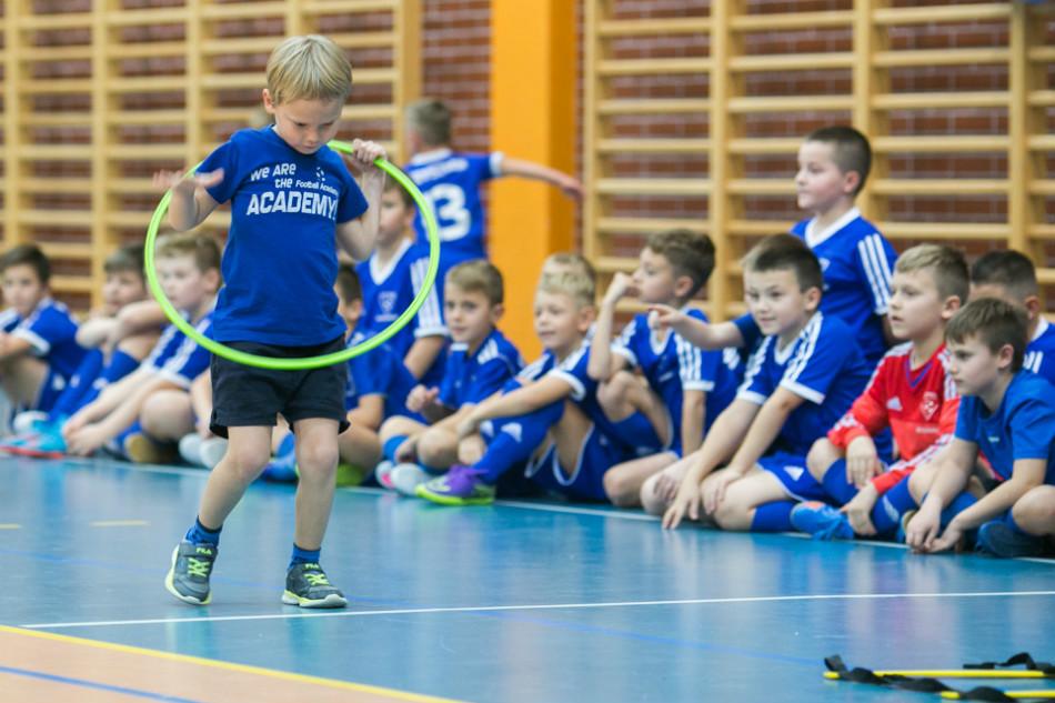 Piłkarskie tory przeszkód pokonywali piłkarze i ich rodzice.