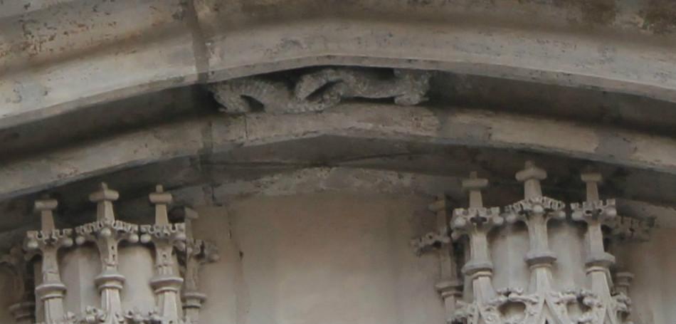 Ilustracja 2. Skleszczone psy w łuku podwójnego portalu.