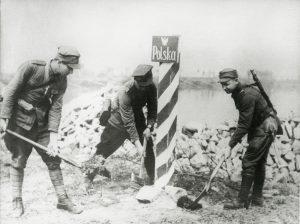 1945. Ustawianie polskich slupow granicznych nad Odra. Reprodukcja: FoKa/FORUM