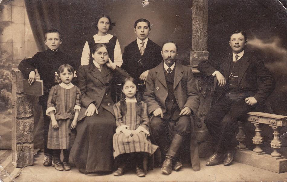 Wacław Dmowski 1912, brat Romana Dmowskiego z drugą żoną i dziećmi z pierwszego i drugiego małżeństwa... u góry na lewo od seniora Stefan - ojcic Elizy