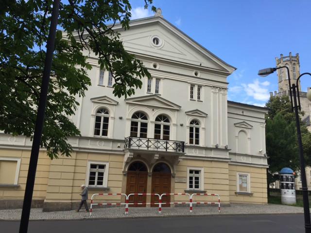 Barierki przed Teatrem Starym - pasują?
