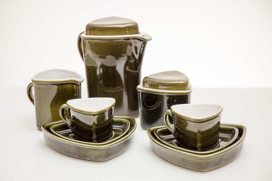 """Zestaw do kawy """"Trójkąty"""", formy J. Bany-Kozłowska, szkliwa K. Stasik, lata 80. XX w., fot. G. Matoryn"""